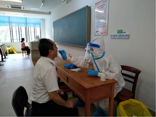 学校顺利完成教职员工核酸检测工作